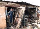 Эксперт Лобашов А.С. проводит исследование пожара в гаражных боксах 2009 год